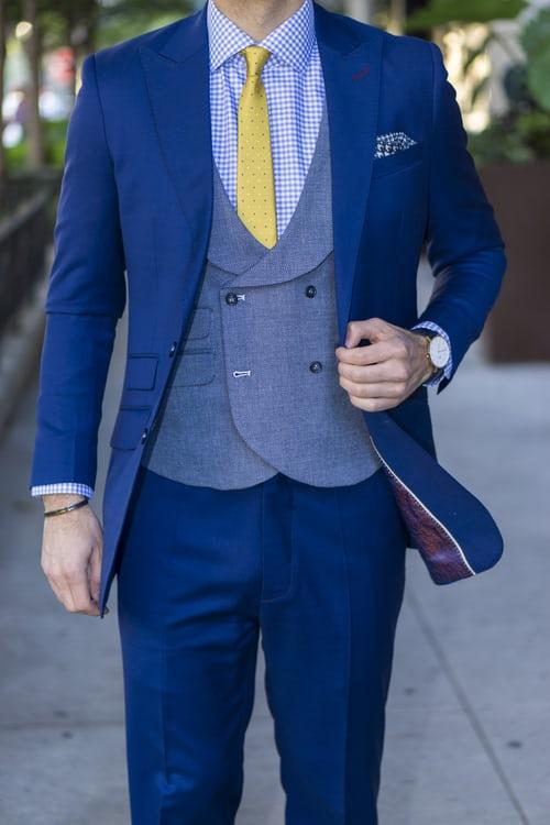 Chú rể mặc vest màu xanh coban